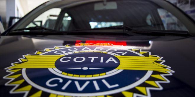 close do capô de uma viatura da Guarda Civil Metropolitana de Cotia