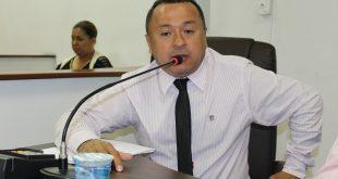 Vereador Beserra fala ao microfone durante sessão da Câmara de Carapicuíba