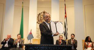 O governador do Estado de São Paulo, Márcio França, exibe documento de assinatura de convênios com municípios paulista no Palácio dos Bandeirantes