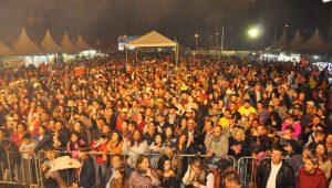 público acompanha o show de Teodoro & Sampaio em comemoração à 42ª Romaria de Vargem Grande Paulista