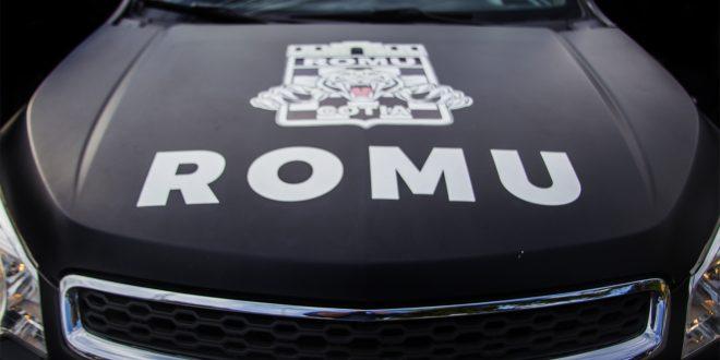 vista frontal de uma viatura da ROMU da guarda Civil Metropolitana de Cotia, com enfoque no tampo do motor
