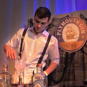 barman preparando drinks com gin para o World Gin Day