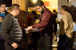 convidados se servindo dos canapés do Tantra durante evento de lançamento do livro Tributo a Elas, de Roberto Ferrari