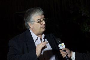 Roberto Ferrari concedendo entrevista a televisão durante lançamento de Tributo a Elas no Tantra