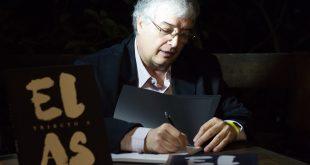 Roberto Ferrari autografando um exemplar de Tributo a Elas