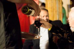 convidados se servindo de vinho no Tantra durante evento de lançamento do livro Tributo a Elas, de Roberto Ferrari