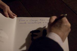 Roberto Ferrari autografa um exemplar de Tributo a Elas para o jornal Granja News