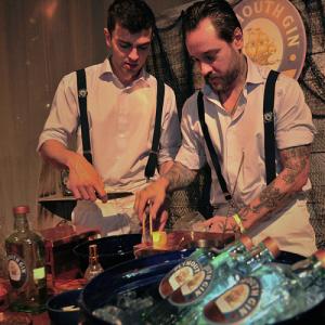 barmen preparando drinks com gin para o World Gin Day