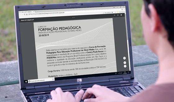 um notebook aberto com conteúdos de formação pedagógica e sendo operado por uma pessoa parcialmente figurando na imagem