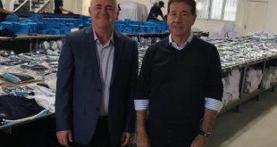 O prefeito de fatec Vargem Grande Paulista, Josué Ramos; e o Secretário de Educação, Cultura, Esporte e Turismo, Reinaldo de Oliveira; posando para foto na fábrica de uniformes