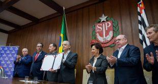 O governador Márcio França, exibe documento com assinatura de Convênios do Movimento Paulista de Segurança no Trânsito