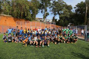 Autoridades e alunos da escolinha de futebol