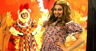 imagem promocional da peça Cachinhos Dourados, com a protagonista sorrindo para a câmera