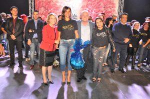 turma de curso de capacitação posando para foto com a presidente do fundo social de solidariedade de vargem grande paulista, soeli ramos e o prefeito Josué Ramos