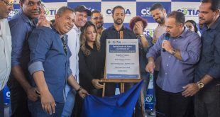 prefeito Rogério Franco e a presidente do Fundo Social de Solidariedade de Cotia Mara Franco abrem a placa inaugural da nova unidade da entidade
