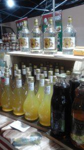 bebidas expostos na feira do raposo shopping