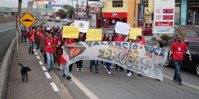 participantes da 2ª Campanha Municipal Contra as Drogas em Vargem Grande Paulista caminham com cartazes