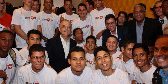 jovens do JEPOE, prefeito Marcos Neves e governador Márcio França posam para foto