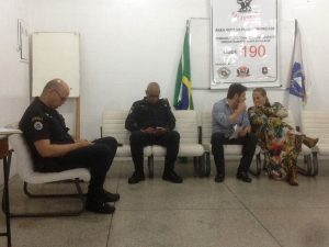 dois guardas civis, James da Settrans e Goreti sentados durante reunião de julho do Conseg Granja Viana