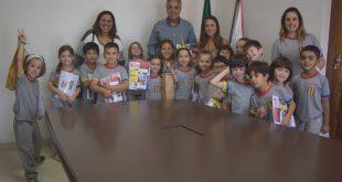 alunos da criarte posam no gabinete do prefeito Cláudio Goés com o próprio
