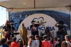 banda Geleia se apresentando em uma tenda