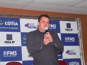 Rubens Monge Silveira falando ao microfone