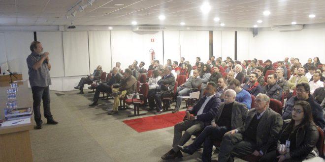 público lota auditório da Faculdade Mario Schenberg durante a palestra de João Batista Rodrigues da Silva