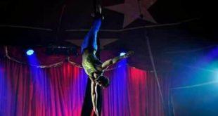 um artista circense faz acrobacias no the black circus