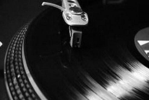 close de um vinil tocando em um toca discos