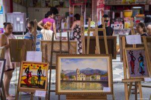 quadros expostos na feira de artes de cotia