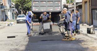 homens trabalhando em tapa-buraco em rua de carapicuíba
