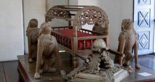 peças de arte sacra dispostas em mesa