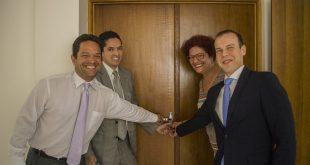 ângela Maluf, Ricardo Navarro e duas outras autoridades apertam as mãos diante da entrada do anexo