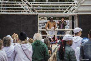 o diretor do departamento de cultura Gilmar de Almeira discursa na 1ª Caminhada pela Cultura de Paz