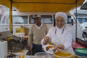 mulher prepara prato típico na 1ª Caminhada pela Cultura de Paz