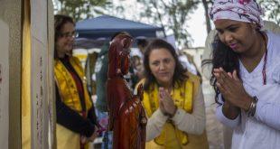 pessoas fazem referência religiosa na 1ª Caminhada pela Cultura de Paz
