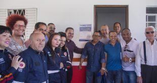prefeito rogério franco posa com funcionários do SAMU e autoridades