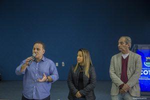 Rogério Franco discursando com Mara Franco e Roberto Mastromauro à sua esquerda