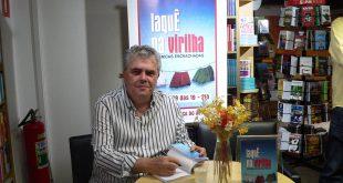 José Michel posa com um exemplar de Laquê na Virilha