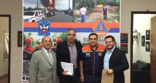 /prefeitos de ibiúna e são roque posam com representantes da defesa civil