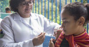 criança recebendo dose de vacina durante o Projeto Cuidar 2018