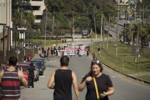 manifestantes caminhando pela marginal do shopping