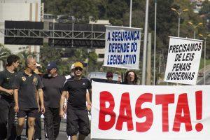 manifestantes segurança faixas com os dizeres 'a segurança depende do legislativo' e 'precisamos de leis penais modernas'