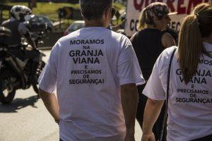 manifestantes com camisetas escrito 'moramos na granja viana e precisamos de segurança!'