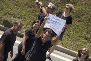 manifestante exibe cartaz escrito 'queremos! batalhão de polícia em cotia mais segurança urgente!'