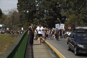 manifestantes caminham pelo viatudo william ortiz