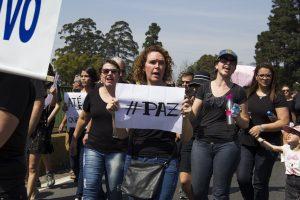 manifestantes caminham pelo viaduto william ortiz