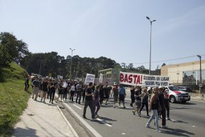 manifestantes caminhando