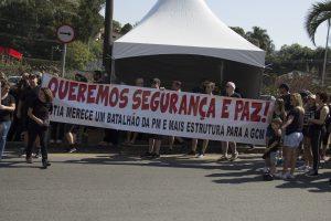 manifestantes caminhando com uma faixa escrito 'Queremos segurança e paz! A Granja merece um batalhão da PM e mais estrutura para a GCM'