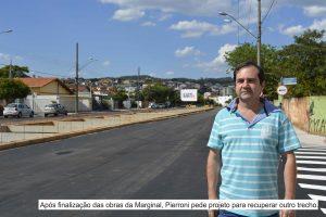 Vereador Alexandre Pierroni posa na Marginal; uma legenda na foto diz 'após finalização das obras da marginal, pierroni pede projeto para recuperar outro trecho'